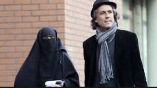 Avusturya'da çarşaflı kadınlara çağrı; 'Çarşafı giyin, cezaları ben öderim'...