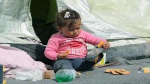 Sığınmacılar Makedonya'ya geçmek için sınırdaki bekleyişlerini sürdürüyor.