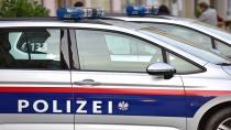 Maske takmamakta ısrar eden adam polise ve bir lokalin müşterilerine tükürdü