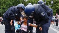 Almanya'da Kovid-19 önlemlerine karşı dün düzenlenen gösteride 600 kişinin gözaltına alındığı açıklandı